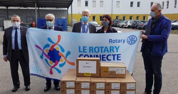 A Metz et Nancy 61 pousse-seringues offerts par le Rotary
