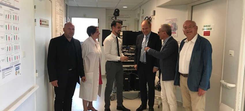Visite du Rotary à l'hôpital de Brabois devant l' appareil en arrière plan payé par Espoir en Tête