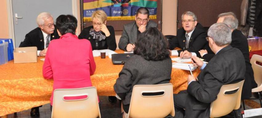 Visite du Goubverneur dans un club Rotary. Discussion avec le Bureau du Club